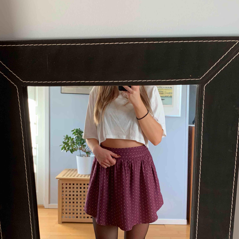 Supersöt kort kjol från urban outfitters, sparsamt använd, hög i midjan och gömda fickor i sidan Malmö eller fraktas för 45 kr. Kjolar.