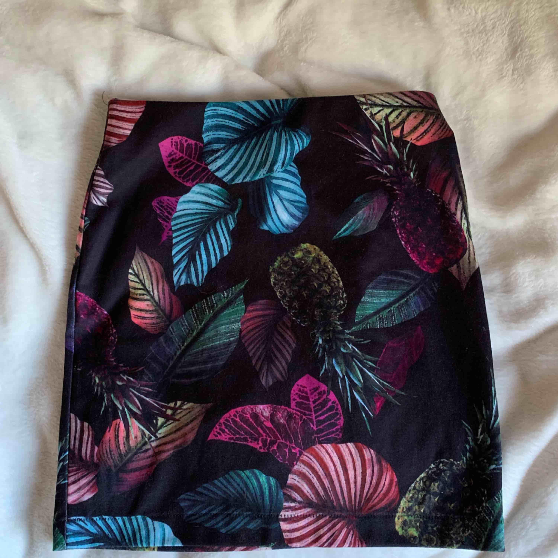 Jättesnygg tubkjol med tropiskt print, älskar den & sparsamt använd!  Finns i malmö eller 35 kr extra för frakt🥰. Kjolar.