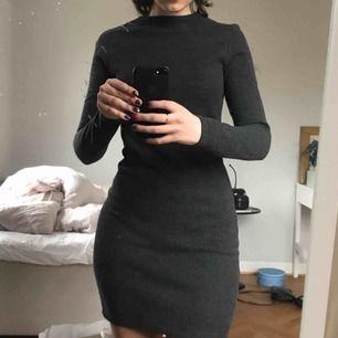 Grå klänning från Zara i ett tjockare material! Super fin men används tyvärr inte. Storleken är small men passar en XS också💖OBS! Stängs helt i ryggen men kunde inte dra upp dragkedjan själv haha. köparen står för frakten!