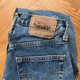 Vintage Levis jeans i modellen 505! Klassisk ljus tvätt. Står storlek 26 men vintage Levis är små i storleken, tipsar om att googla för att se om storleken funkar. För mig är de jätte små.🥰 köpare betalar frakt!