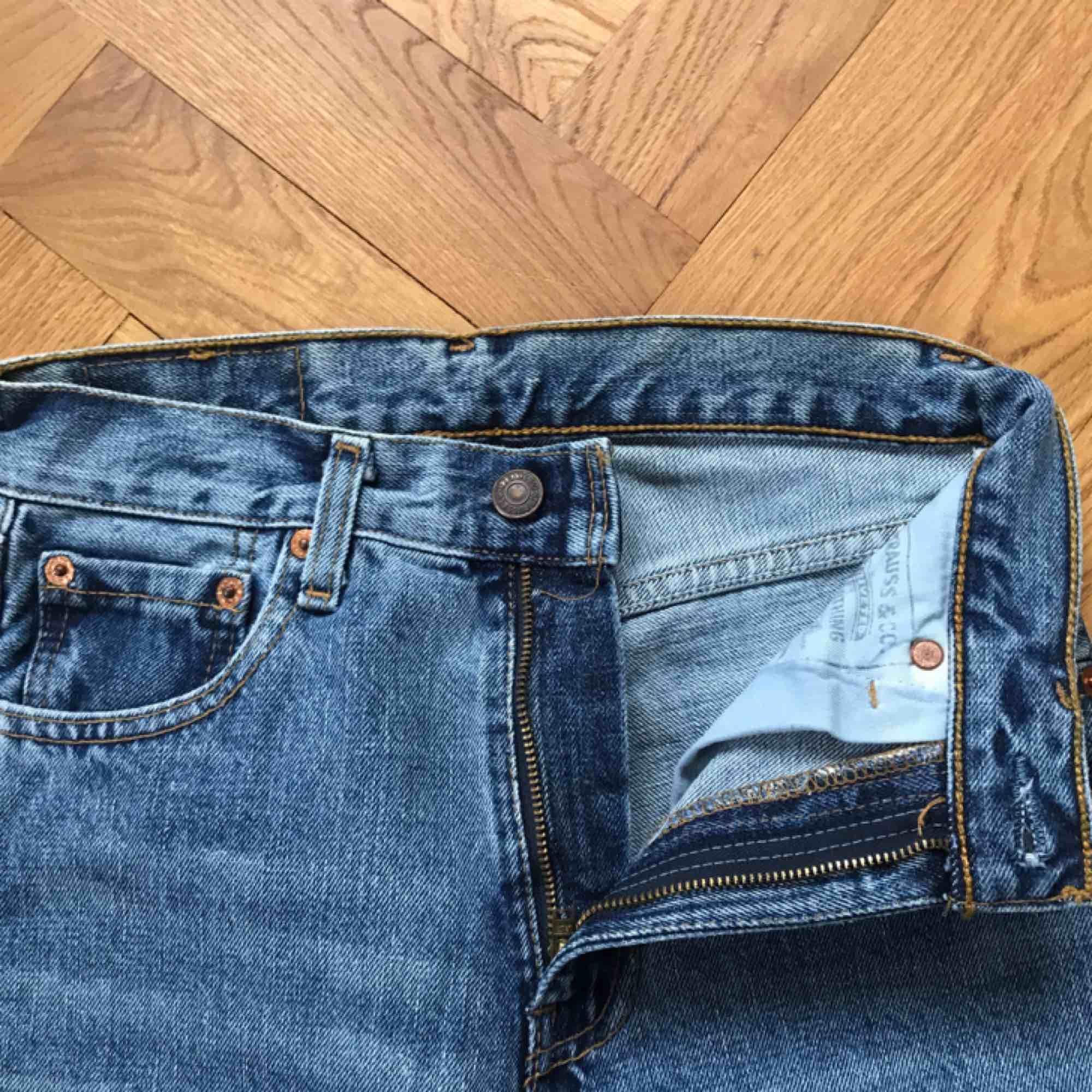 Vintage Levis jeans i modellen 505! Klassisk ljus tvätt. Står storlek 26 men vintage Levis är små i storleken, tipsar om att googla för att se om storleken funkar. För mig är de jätte små.🥰 köpare betalar frakt!. Jeans & Byxor.