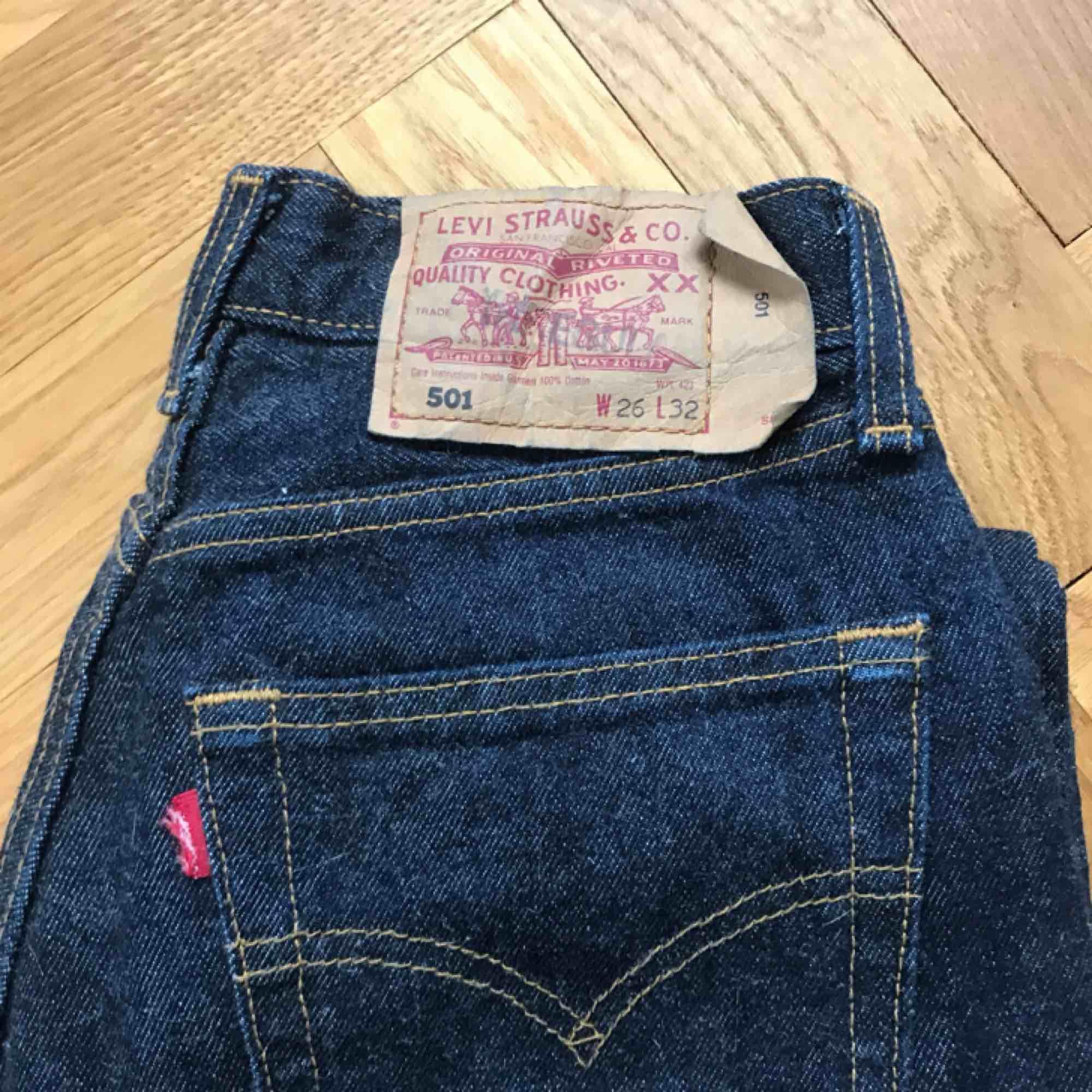 Vintage Levis Jens i klassiska modellen 501! Super snygg tvätt men tyvärr super små för mig. Vintage Levis är små i storleken så tipsar att googla för att förstå storleken!🥰 köpare betalar frakt!. Jeans & Byxor.