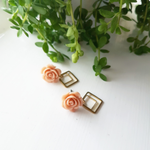 Handgjorda örhängen i mässing med pastellrosa ros. Frakt 10kr.