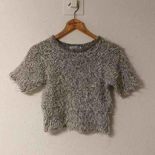 fluffig grå magtröja med lite glitter i. står att det är M/L men passar bra på mig med XS, passar även större storlekar. väldigt rejvig och 90s tröja. frakt 55 kr.