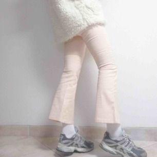 Blekt rosa byxor från Guess i barnstorlek 10 (passar XS). Ganska stretchiga, utsvängda och utan fickor på rumpan. Tvärr blivit lite för små därför måste jag sälja:( frakt 39 kr.