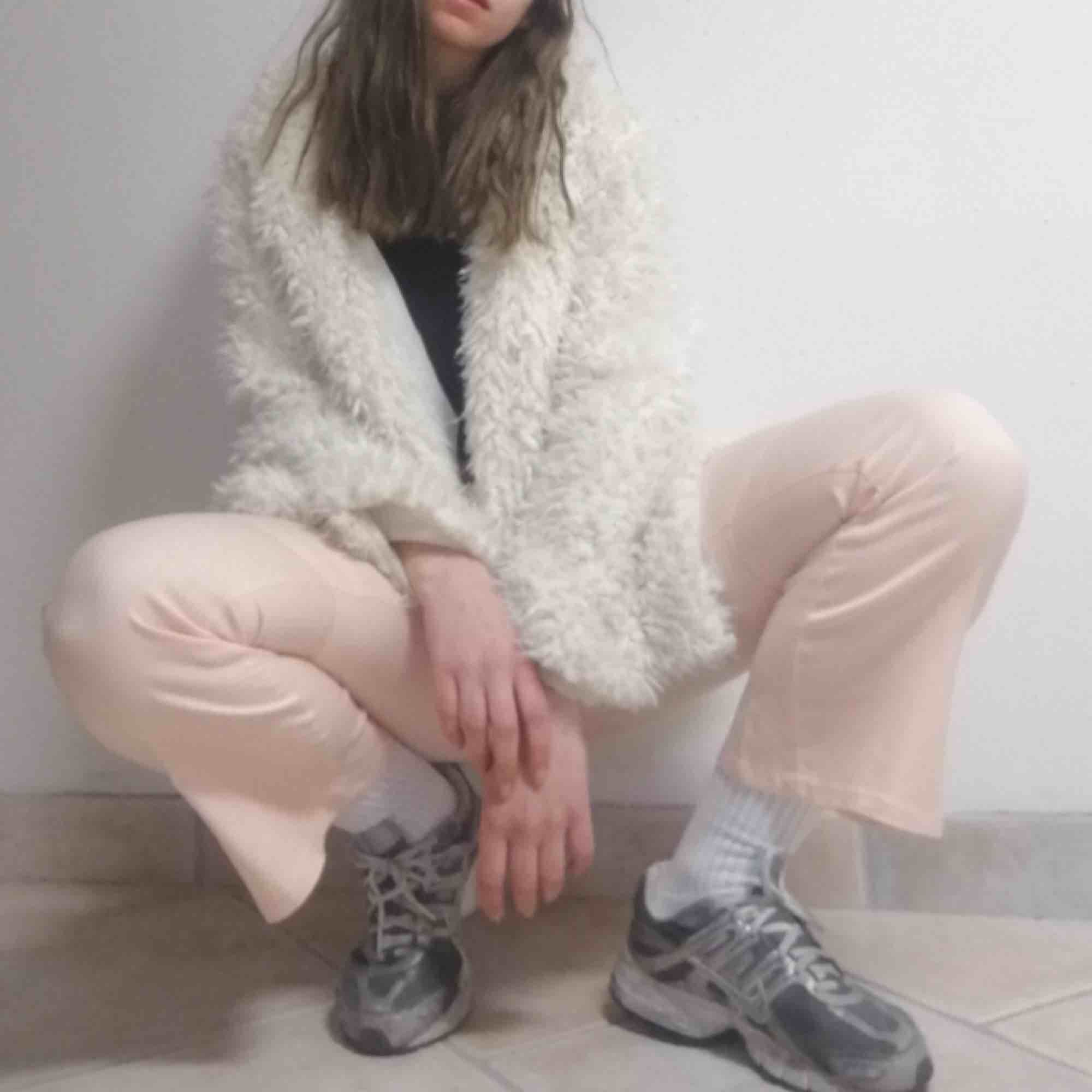 Blekt rosa byxor från Guess i barnstorlek 10 (passar XS). Ganska stretchiga, utsvängda och utan fickor på rumpan. Tvärr blivit lite för små därför måste jag sälja:( frakt 39 kr.. Jeans & Byxor.