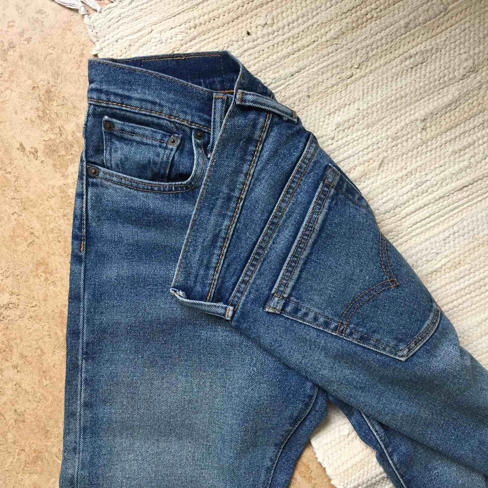 Äkta Levi's 505 i mycket fint skick. Säljs pga att de inte används. Medelhöga i midjan och rätt stretchiga. Supersköna! Jag bjuder på frakten!. Jeans & Byxor.