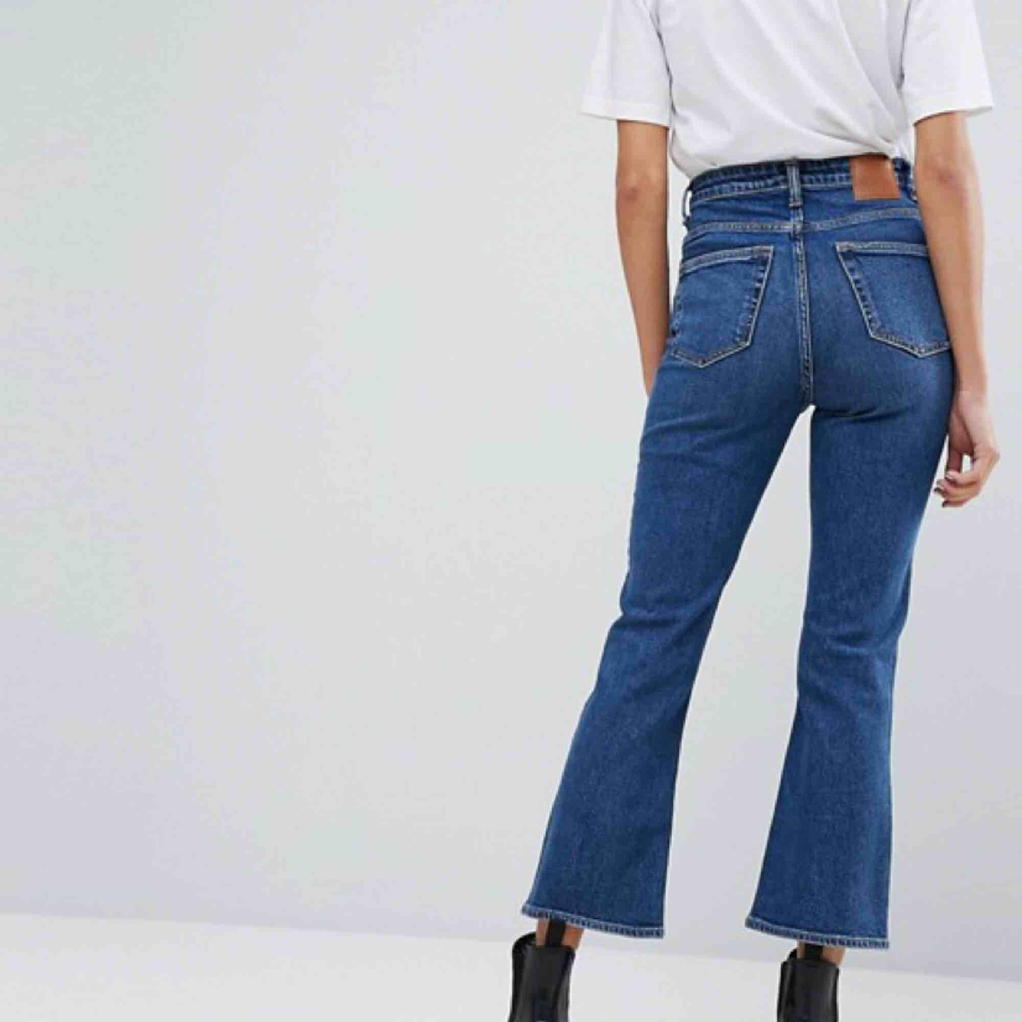 Supersnygga kickflarejeans från weekday! Jättebekväma och sitter snyggt. . Jeans & Byxor.