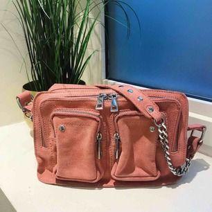 Oanvänt superfin väska i äkta läder från NUNOO. Ny skick Längd 25 cm, höjd 16 cm, bredd 9 cm. Ny pris 1499kr och säljer nu för 1100