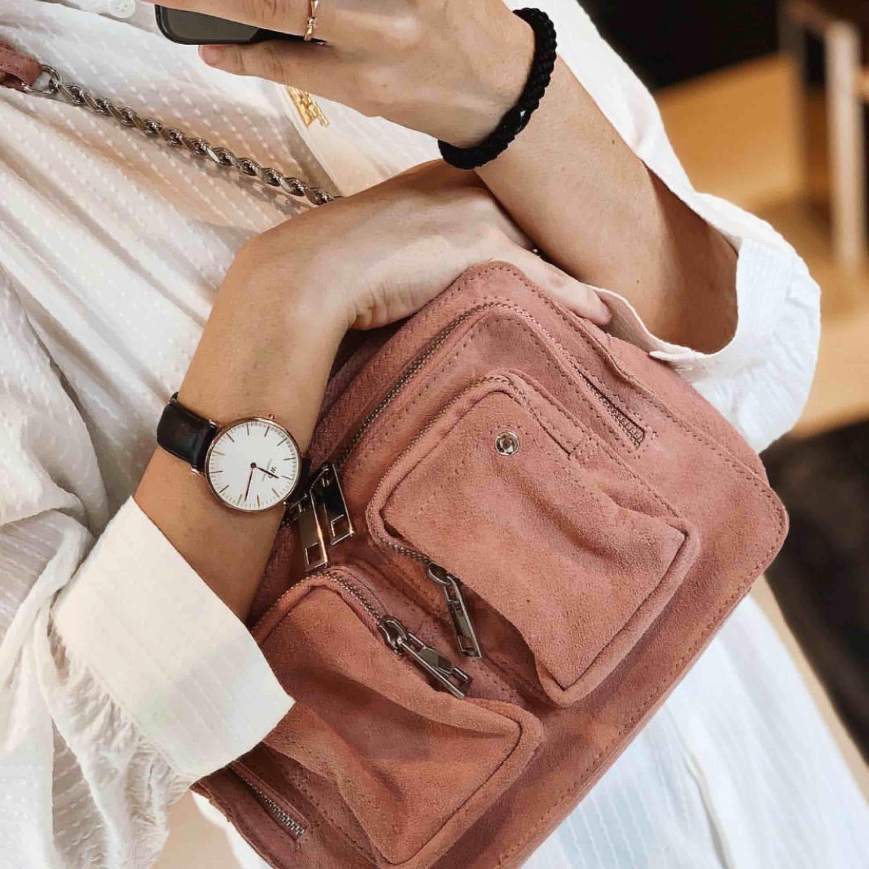 Oanvänt superfin väska i äkta läder från NUNOO. Ny skick Längd 25 cm, höjd 16 cm, bredd 9 cm. Ny pris 1499kr och säljer nu för 1100. Väskor.