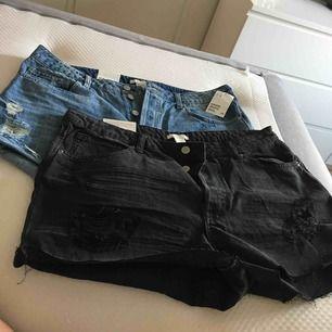 2 par jeansshorts, ett par blåa och ett par svarta. Lite slitna och hög modell. Lite små i storleken, mer som strl 42-44.