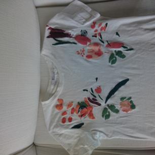 Jätte fin t-shirt från zara. Säljer då den inte kommer till användning. Använd ett fåtal gånger och är i toppskick. Köpt för 149 kr pris kan diskuteras. Möts upp annars står köparen för frakten.