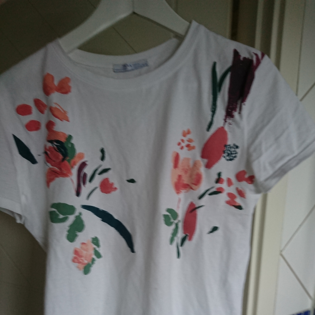 Jätte fin t-shirt från zara. Säljer då den inte kommer till användning. Använd ett fåtal gånger och är i toppskick. Köpt för 149 kr pris kan diskuteras. Möts upp annars står köparen för frakten.. T-shirts.