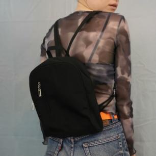 Supersöt svart ryggsäck med fack på framsidan samt dragkedja längs remmarna så man kan göra de två till en, inga småfack inuti, remmarna är ställbara 😊 köparen står för frakten, samfraktar gärna 👍😊