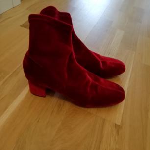 Stövlett i röd sammet från Zara. Aldrig använda i storlek 40