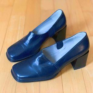 Fina navy blå klackskor från Roberto Vianni. Har använts få gånger. Fri frakt!📦
