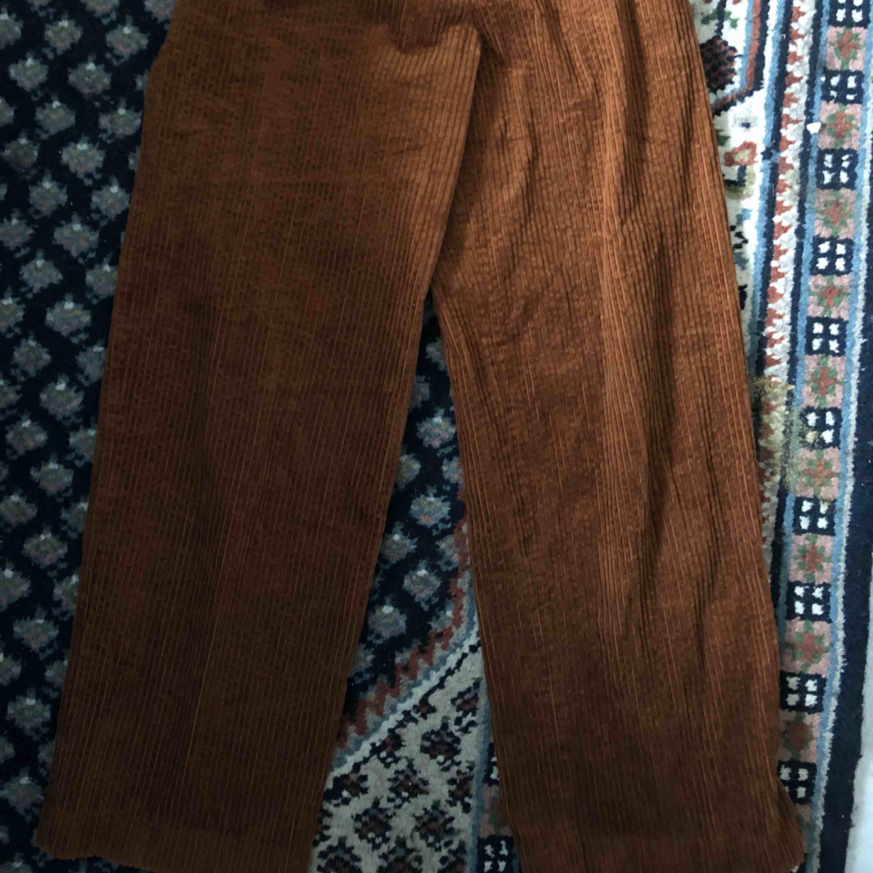 Bruna manchesterbyxor från h&m köpta här på plick. Säljer pga för små, passar en 36 eller liten 38. Köparen betalar frakten.🌹💕. Jeans & Byxor.