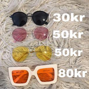 Solglasögon i nyskick. Säljes separat (priser på bilden) eller alla för 180kr. Alla är från H&M förutom de orange med vita bågar som är från Beyond Retro. Möts upp i Stockholm eller skickas mot fraktkostnad.