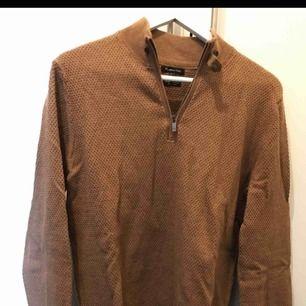 Kamelfärgad pullover med dragkedja från Massimo Dutti i storlek M. 95% bomull 5% kashmir