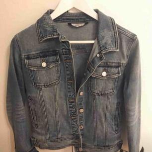 Jeansjacka från Zara. Använd fåtal gånger, nyskick. Stl xS, 200kr+ ev frakt