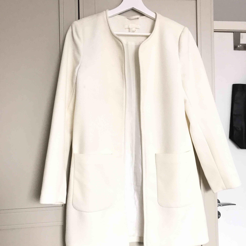 Vit Vår kappa från H&M  i fräscht skick . Jackor.