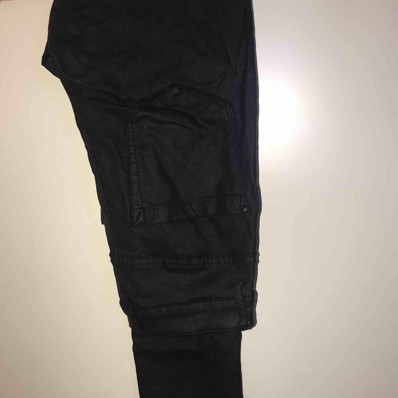 Jag säljer ett par sjukt snygga läder byxor från veromoda. Stl: 32/ XS Nypris: 399 SEK Dom kommer den ett djur och rökfritt hem.. Jeans & Byxor.