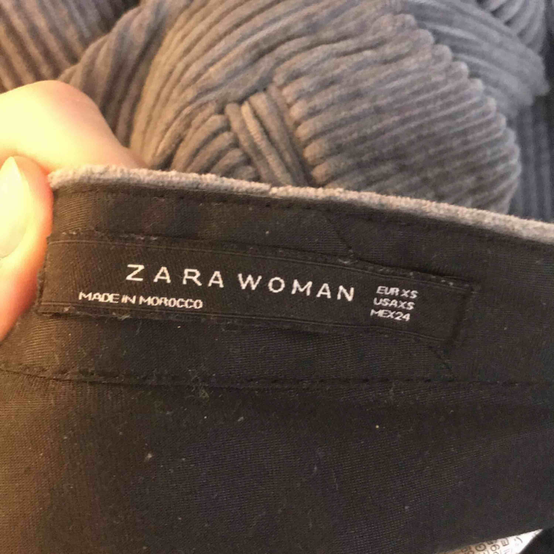 Jag säljer ett par sjukt trendiga byxor i manchester från Zara. Dom är i ett väldigt bra skick dessutom. Stl: XS Nypris: 549 SEK Dom kommer från ett djur och rökfritt hem. . Jeans & Byxor.