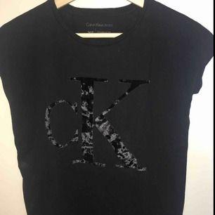 Jag säljer en T-shirt från ck. Stl: XS Nypris: 349 SEK Den kommer från ett djur och rökfritt hem.