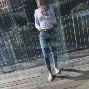 Jag säljer ett par jeans från H&M, dom har blommor broderat på vänster ben. Stl: 34 Dom kommer från ett djur och rökfritt hem.