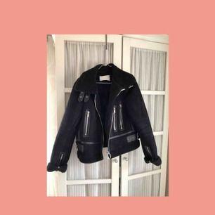Snygg Bikerjacka från Zara, sparsamt använd. Du står för frakten🌹