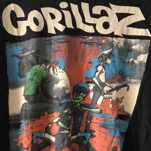 Skön T-shirt i trevligt skick med Gorillaz. Kan hämtas i Uppsala eller skickas mot fraktkostnad 39 SEK