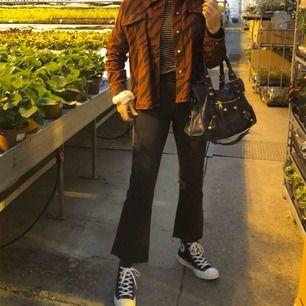 Säljer dessa riktigt snygga mörkgråa kick flare jeans från Gina Tricot, använda 2 gånger.
