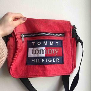 Röd väska från Tommy Hilfiger. Kan mötas upp i Karlskrona annars står köparen för frakt. Frakt: 55kr. Totalt: 115kr.