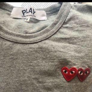 Säljer min fina T-shirt från CDG st:M , endast använd 2 gånger sen har den bara legat o väntat i garderoben.  Köpte den för 148 USD på farfetch och säljer den för 800kr🥰