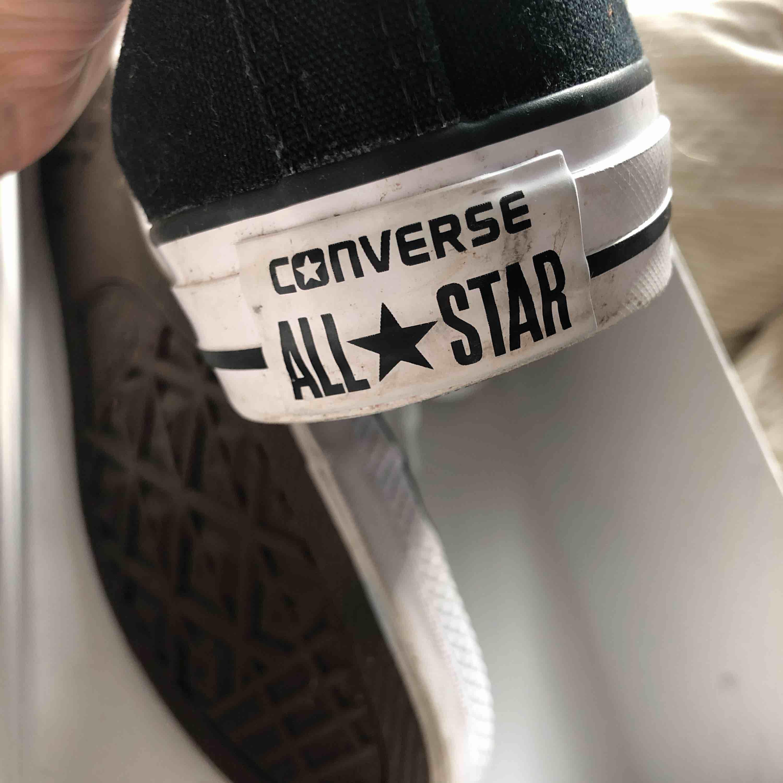 Säljer mina svarta höga converse i väldigt fint skick! I storlek 40. Skor.