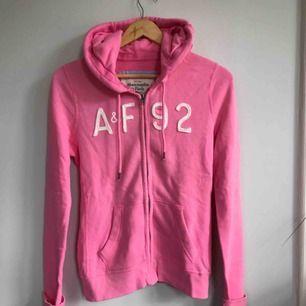 Oanvänd rosa hoodie från Abercrombie & Fitch! Storlek M, men motsvarar en S. Frakten på 54 kronor är redan inräknad i priset ovan💕