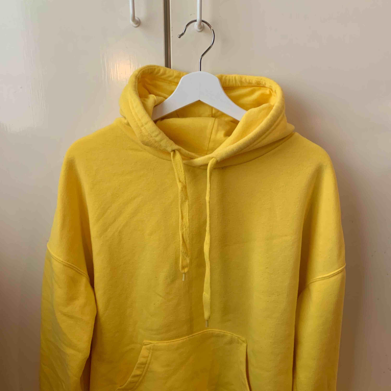 Gul hoodie från New Yorker. Huvtröjor & Träningströjor.