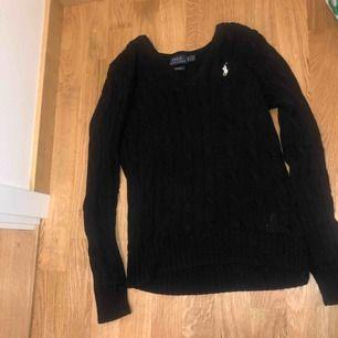 Säljer en svart kabelstickad tröja från ralph lauren. Storlek xs, bra skick.