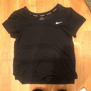 Säljer en träningströja från Nike. Bra skick, storlek xs