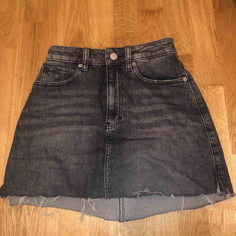 """Kjol från Calvin Klein. Bra skick. Storlek """"25"""". Har klipt själv på kjolen där nere.. Kjolar."""