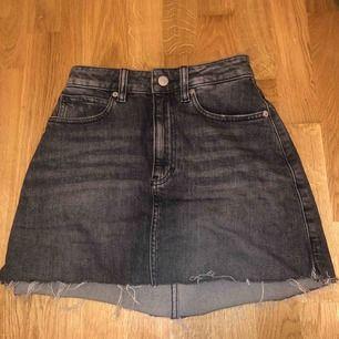 """Kjol från Calvin Klein. Bra skick. Storlek """"25"""". Har klipt själv på kjolen där nere."""
