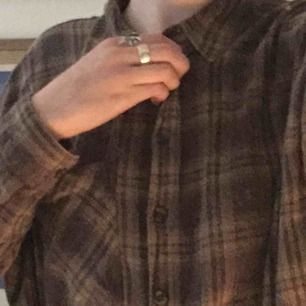 jättefin och mysig flanellskjorta i en skogsgrön nyans. rätt så nopprig (se bild två), men annars i fint skick! säljer då den tyvärr blivit för liten. kan mötas upp i stockholm!<3