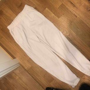 Säljer ett bar byxor från Bershka. Ser inte ut att vara så snygga på bild, men dom är jättesnygga på! Lite kostymbyxor stuk.