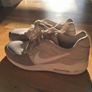 Säljer mina snygga Nike air max som jag knappt använt pga för stor storlek. Priset kan självklart diskuteras. Kan frakta om det behövs :)       Originalpris: 1199kr
