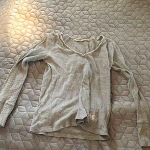 Ribbstickad långärmad tröja från Odd Molly i grått Stl 2 Knappt använd Nypris 600