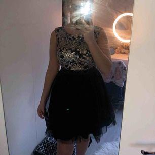 Paljetter vid bysten, svart ballerina nederdel + frakt