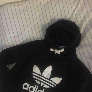Skitsnygg adidas hoodie köpt från adidas originals, används inte längre och behöver en ny ägare:)