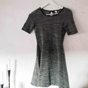 Söt grå klänning från H&M. Använd cirka 3 gånger. Frakt tillkommer 🌹