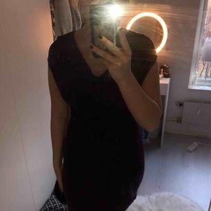 En lila klänning med lite mer tyg vid bysten + frakt