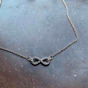 Jätte fint silvrigt halsband med evighetstecknet på! Säljer pga ingen användning. Frakt ingår ✨